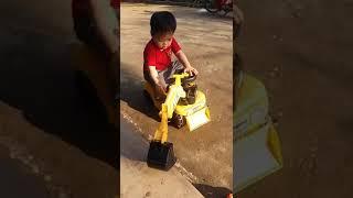 bé 3 tuổi lái xe cần cẩu
