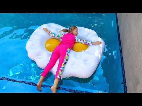 ОБЫЧНОЕ против НАДУВНОГО Новый Челлендж 2018 / Дети играют в бассейне с Надувашками