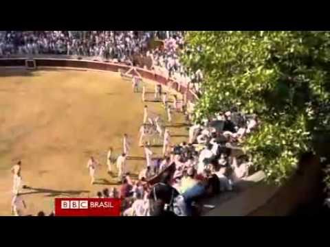Touro invade arquibancada e fere 40 espectadores na Espanha.flv