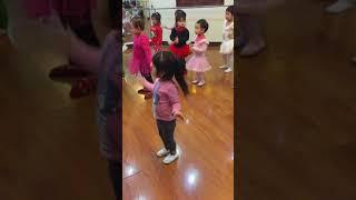 """Bạn Gấu: đi múa """" bé múa xắc xô"""" 3 tuổi"""