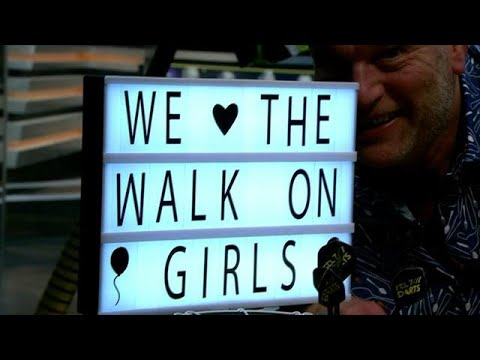 PDC-baas haalt WALK-ON GIRLS terug!? | DARTS INSIDE