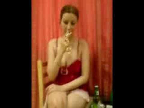زن لطيف پدرام در موقه  شراب نوشيدن و کوس دادن.Latif Pedram-