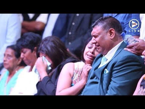 Sadia Sukhraj's father breaks down in front of his daughters coffin thumbnail