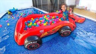 Piscina de Bolinhas Mcqueen do Carros Dentro da Piscina - Crianças Brincando - Paulinho e Toquinho