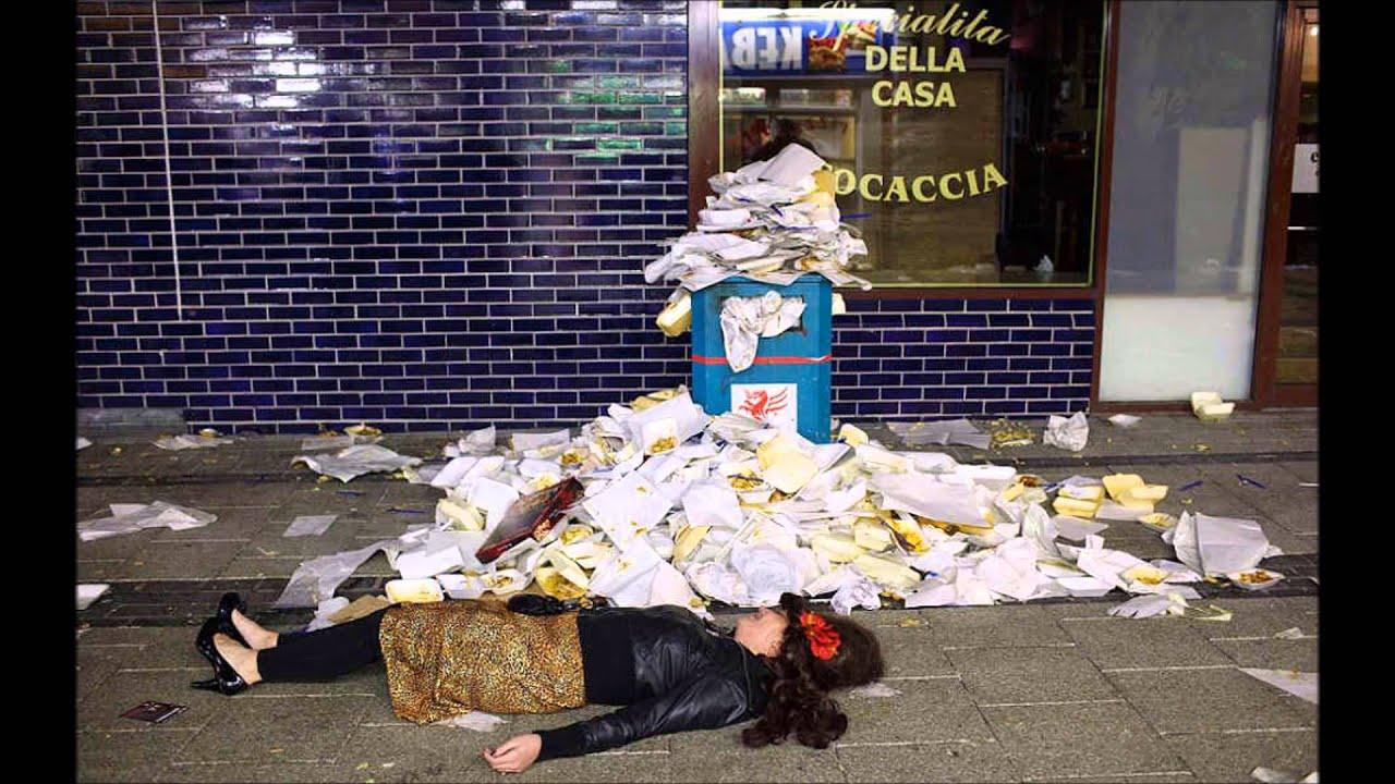 Пьяная баба лежит на улице 20 фотография