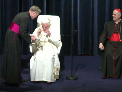 El Papa tropieza varias veces en su último día en Alemania