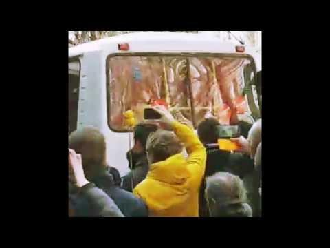 26.03.17. Москва. Пушкинская. Толпа пытается остановить автозак с Навальным