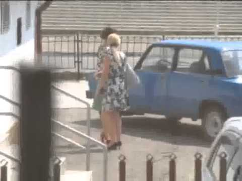 Девки вышли покурить на территории ЗАГСа