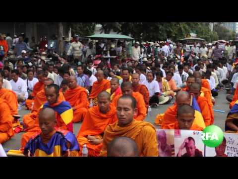 Monks and Youth Keep on Demonstrating Oppsite Vietnamese Embassy