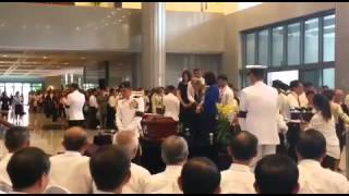 Chiam See Tong pays respects to Mr Lee Kuan Yew in Parliament House