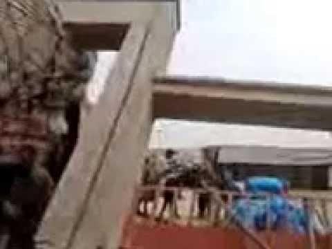 خطيييير و ببلدية الحنشان فقط:شاحنة محملة بالتبن تهز باب السوق الأسبوعي وتسقطه أرضا بسب ردائته