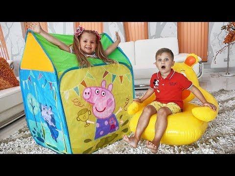 डायना और रोमा खिलौना तम्बू के साथ खेलते हैं