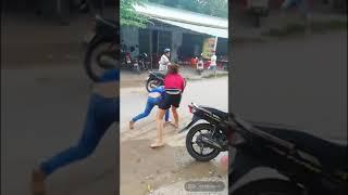 Đã nữ đánh nhau đến gần chết mà người dân xung quanh để yên xem không van ngăn.