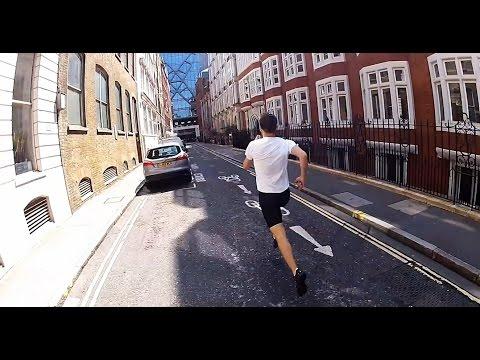 Uomo più veloce della metro. Corre da stazione a stazione e prende lo stesso treno