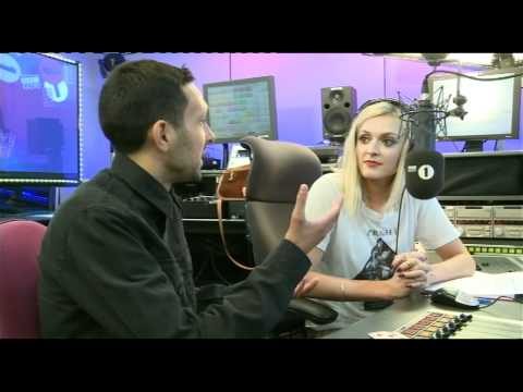 Dynamo performs some mind blowing magic for Fearne Cotton