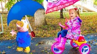 Stacy e Toy Peppa estão andando no parque na chuva