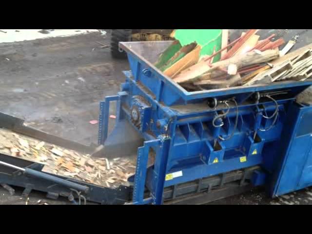 Maquina trituradora trabajando con madera industrial