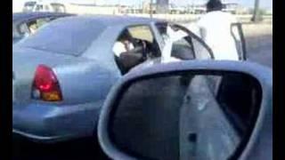 Thumb 3 árabes patinan sobre sus sandalias agarrados de un auto a gran velocidad