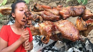 Little thief stole chicken from villager for food - Eating delicious