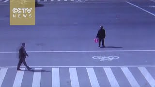 Footage: Senior citizen slowly crosses the road and warms the hearts of netizens