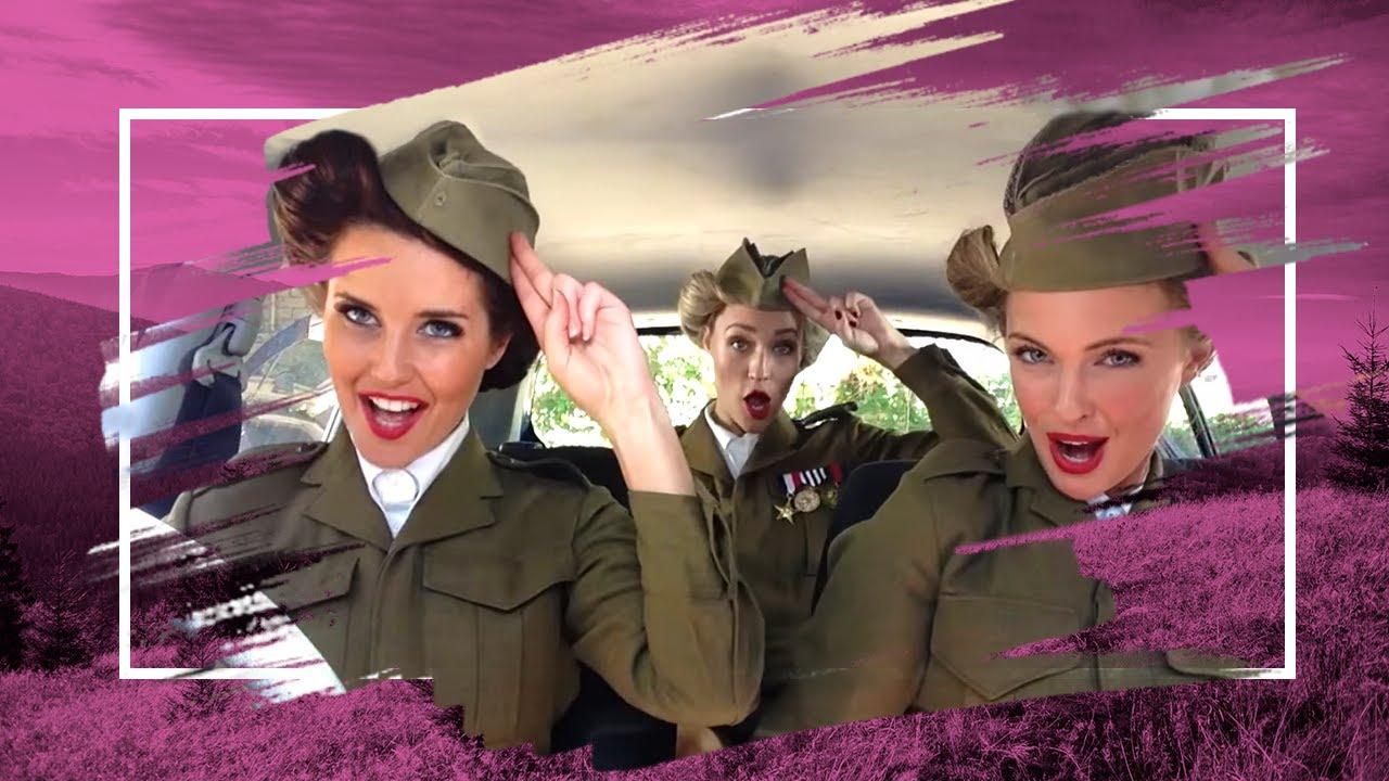 3 filles sexy dans une voiture