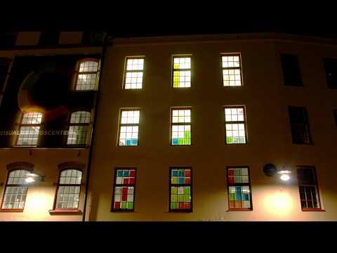 Jugando Tetris con Post-its en las ventanas de un edificio