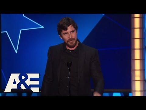 Famoso actor ganó un premio y le partió la boca al director de la película