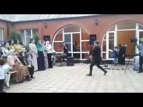 Ислам Мусраев Чеченец четко танцует лезгинку