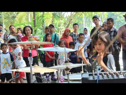 'FEMALE KIDS DRUMMER' LINTANG - Muse - Hysteria (Drum Cover)