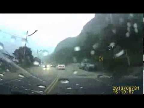 [Noticias] Alud de tierra casi aplasta un auto