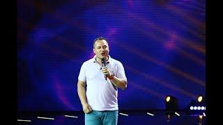 """Tibi Neuronul, stand up comedy: """"Îți dai seama cât de credincios este moldoveanul când te înjură"""""""