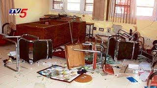 నారాయణ కాలేజీ విద్యార్థుల వీరంగం!! | Narayana College Students Vandalised Furniture