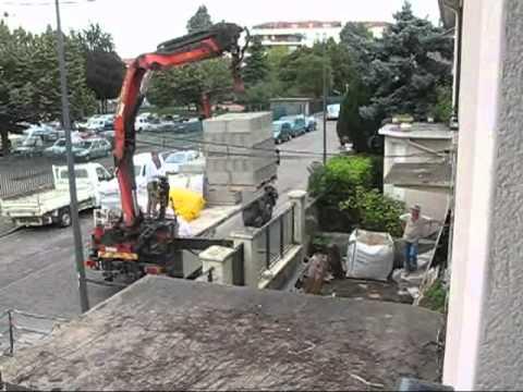 Dechargement d 39 un camion de materiaux de construction youtube - Livraison materiaux de construction ...