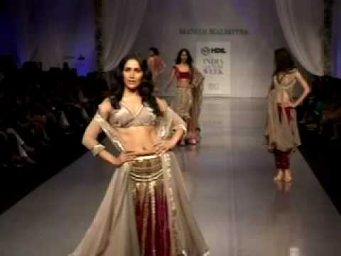 Saif and Kareena at the ramp for Manish Malhotra's HDIL INDIA Fashion Show Video