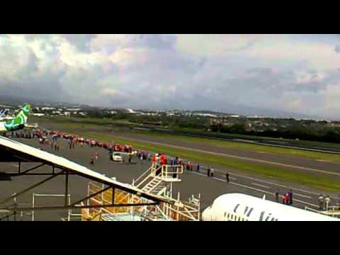 Aterrizaje del avion de la Seleccion de Costa Rica LR 7644