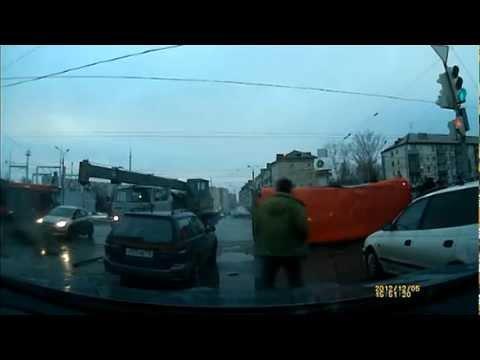 Автокран завалил автобус