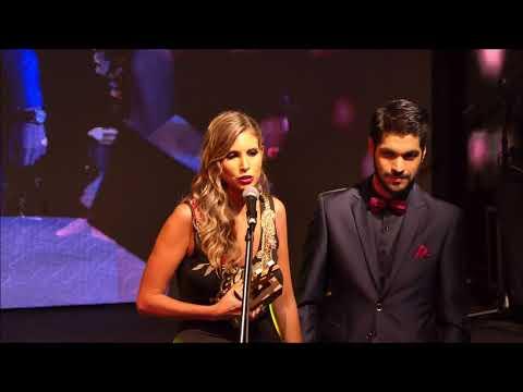 Natalie Yoffe y Andrés Ojeda al recibir el premio #LosMasVistos