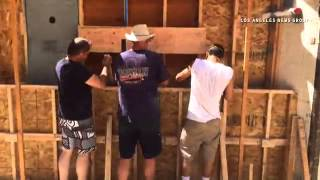 Builders in #PalosVerdes use #hemp to build walls at a home. #hempcrete