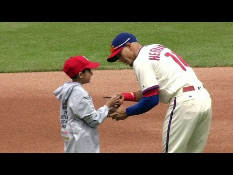 CIN@PHI: Phillies spend time with Play Ball kids