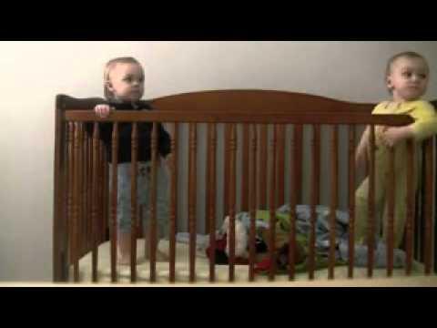 طفل رضيع محترف بالهروب من سريره فور خروج والدته من الغرفه