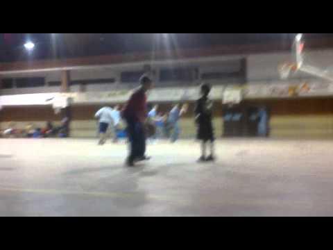 Práctica de basquet en sporting club