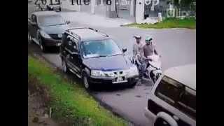 Tên trộm liều lĩnh dùng gạch đập kính ô tô để trộm
