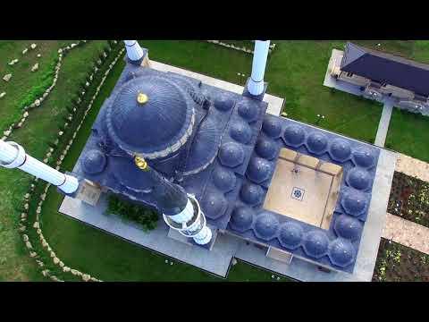 أذان على خلفية مسجد في الشيشان