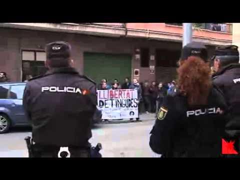 Video- Interrogados Jovenes Que Irrumpieron en Misa para Protestar por la Ley del Aborto