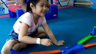 Gia Linh và chị Silent Sea chơi búp bê ô tô trong khu vui chơi giải trí TINI WOLR