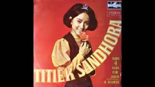 download lagu Titiek Sandhora - Putus Tjinta Di Batas Kota gratis