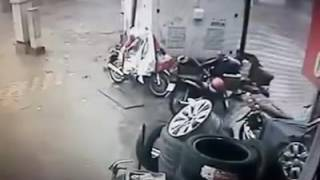 Z✔ Lợi dụng trời mưa gió tên trộm chôm xe máy Lead