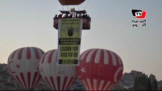 مناطيد ترفع شعار رابعة في سماء تركيا