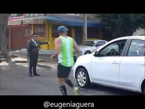 Agente de vialidad evita que una joven prepotente atropelle a  corredores del Maratón Guadalajara