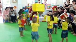 """HĐVĐV 24-36 """"Bé chơi với hộp"""" MN Dạ Lan Hương"""